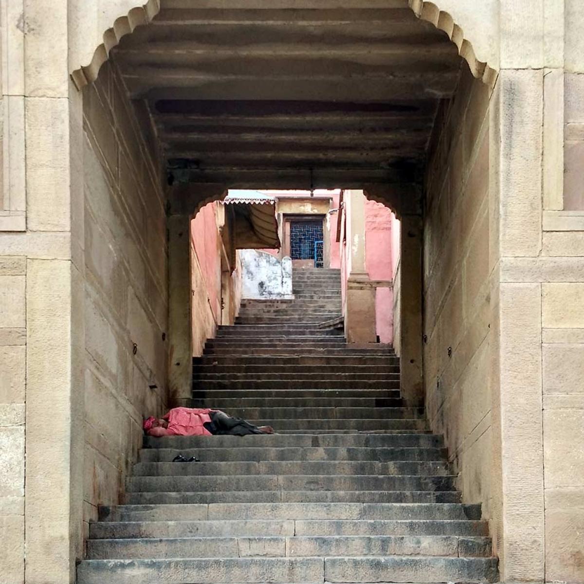 Siesta en cualquier lado de Varanasi