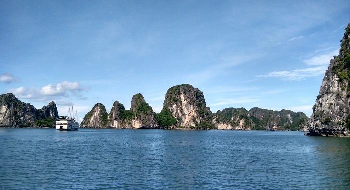 Bai Tu Long Bay_navegando entre montañas de caliza