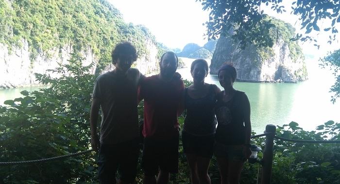 Bai Tu Long Bay_subidilla corta a una cueva