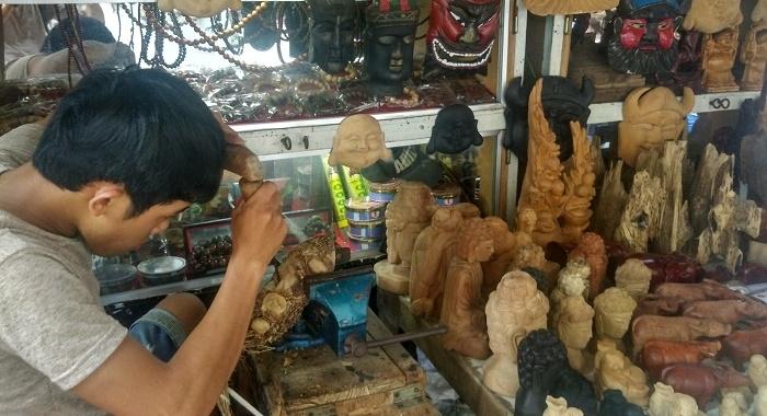 Hoi An_tallando madera