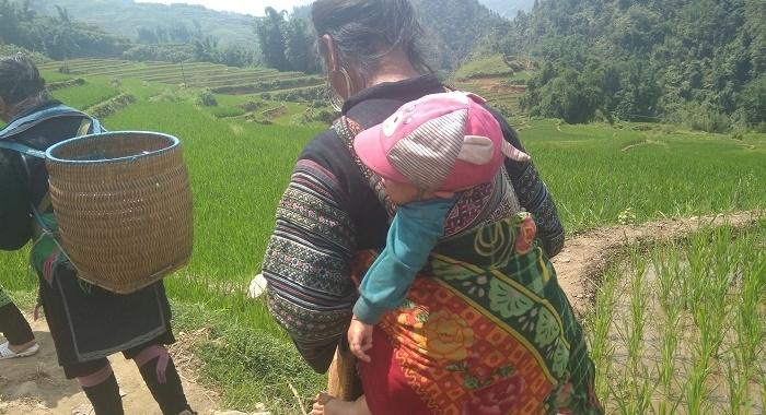 Sapa_Guía porteando a su bebé