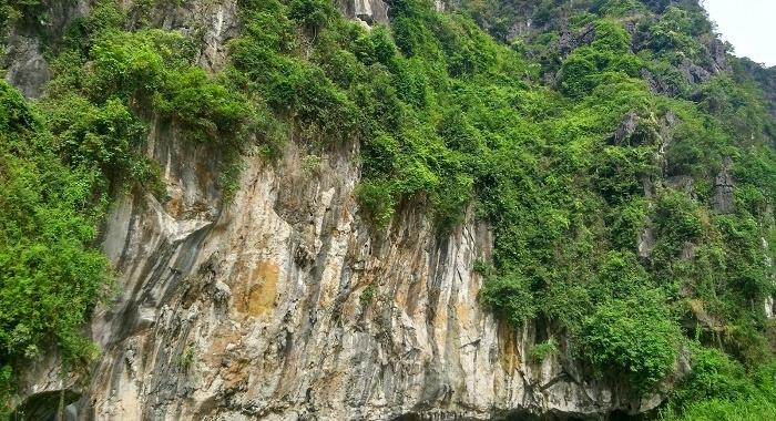 Tam Coc_Paso bajo las inmensas rocas calizas