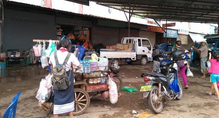 Antes de ir al cole, parada en el mercado